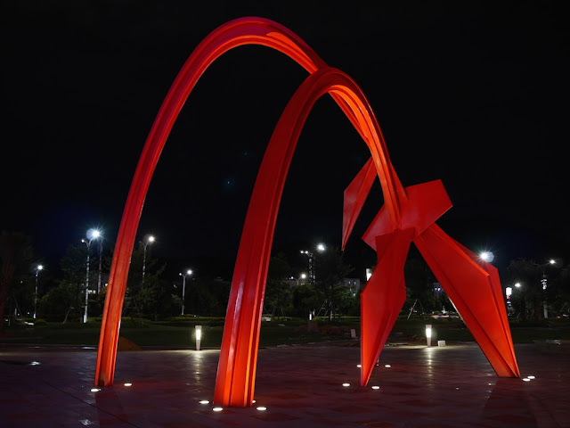 sculpture in Zhuhai resembling Alexander Calder's Flamingo