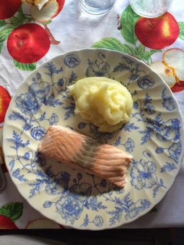 Crema de calabacín y salmón con puré de patatas