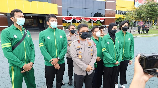 *Kapolda Jatim selaku ketua umum pengurus provinsi PBVSI Jatim melepas Kontingen Voli PON XX 2021 Papua*