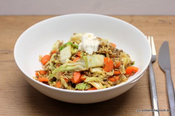 Hack-Chinakohl-Pfanne mit Karotten und gebratenem Reis