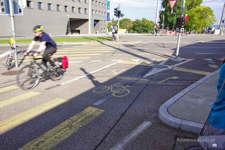 Rozwidlenie drogi dla rowerów na skrzyżowaniu - śluza i dedykowane sygnalizatory świetlne.