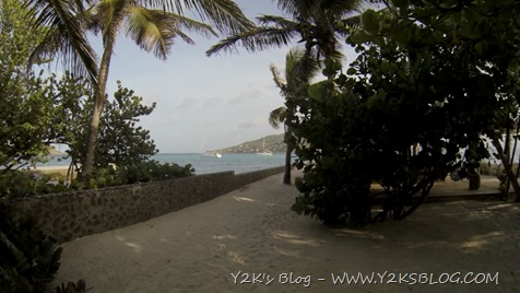 Y2K all'ancora dal bar del resort - Petit Saint Vincent - Grenadine