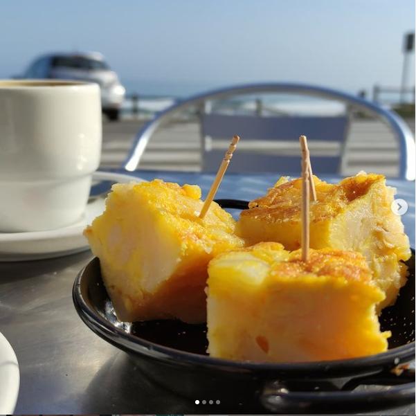 tortilla de patatas y café con leche en O Cordobés en Razo - Carballo