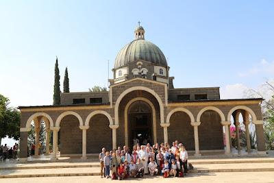9-03/ Les pèlerins devant l'église des Béatitudes