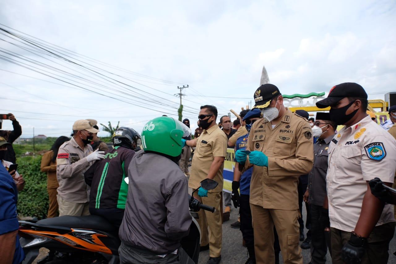 Bupati Adnan Periksa Langsung Identitas Pengendara yang Ingin Masuk ke Gowa