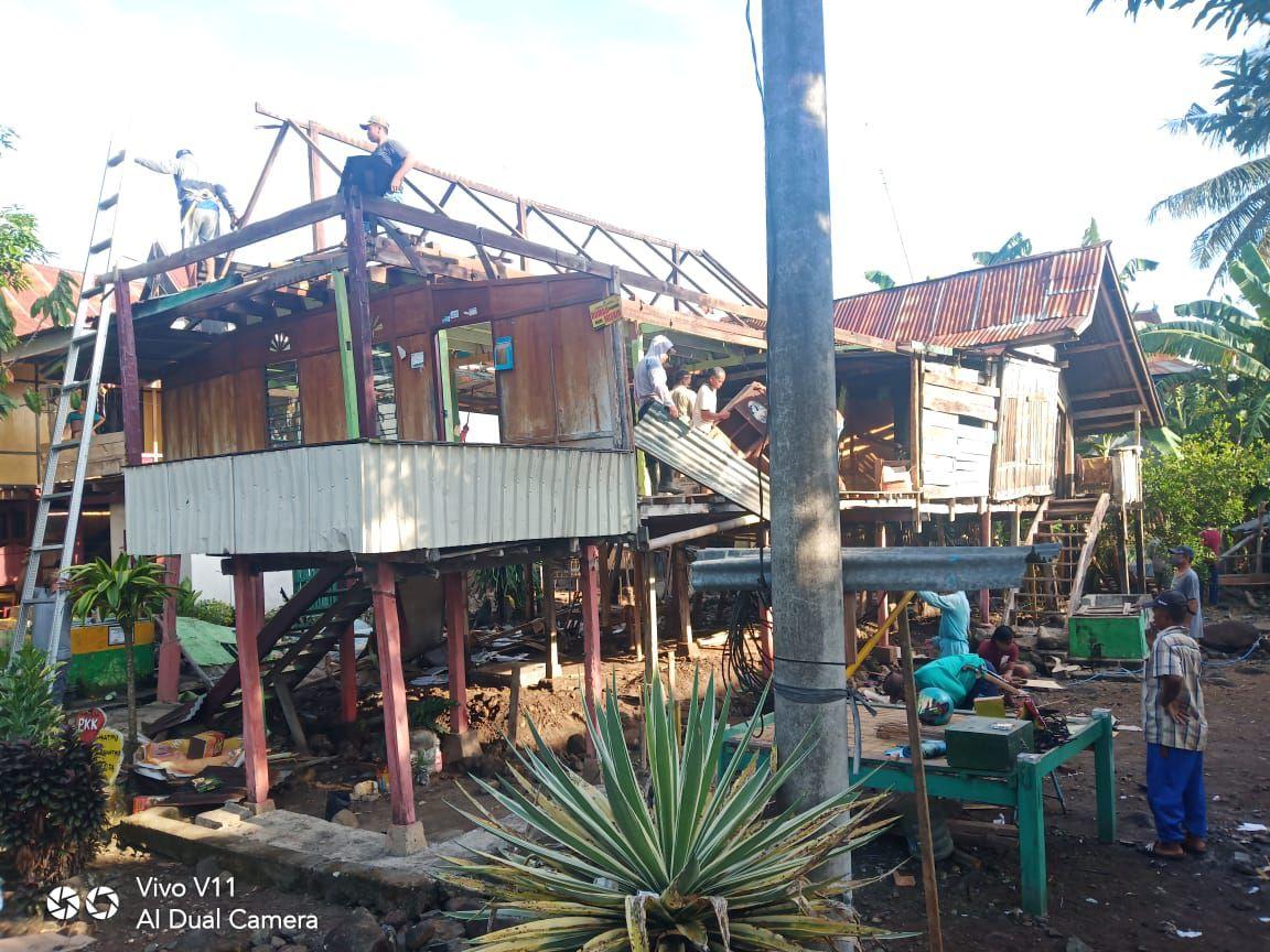 Sebagai Bentuk Empati Babinsa Desa Timusu Soppeng Bantu Warga Rehab Rumah Panggung
