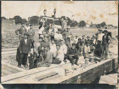 Рабочие на выгрузке баржи на пристани в Васкнарве. прим. 1932 г.На заднем плане Скамья(из личного архива Поляковой Л.В.)