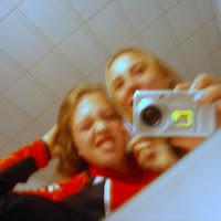 mayke met johanne voor de spiegel met camera.JPG
