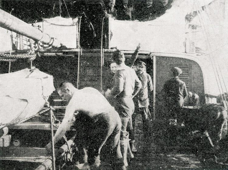 Detalle de la cubierta y puente del LEGAZPI. Foto de la Revista General de Marina. Año 1966.jpg