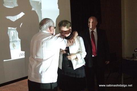 Entrega de medalla a la maestra Carolina Montemayor Martínez