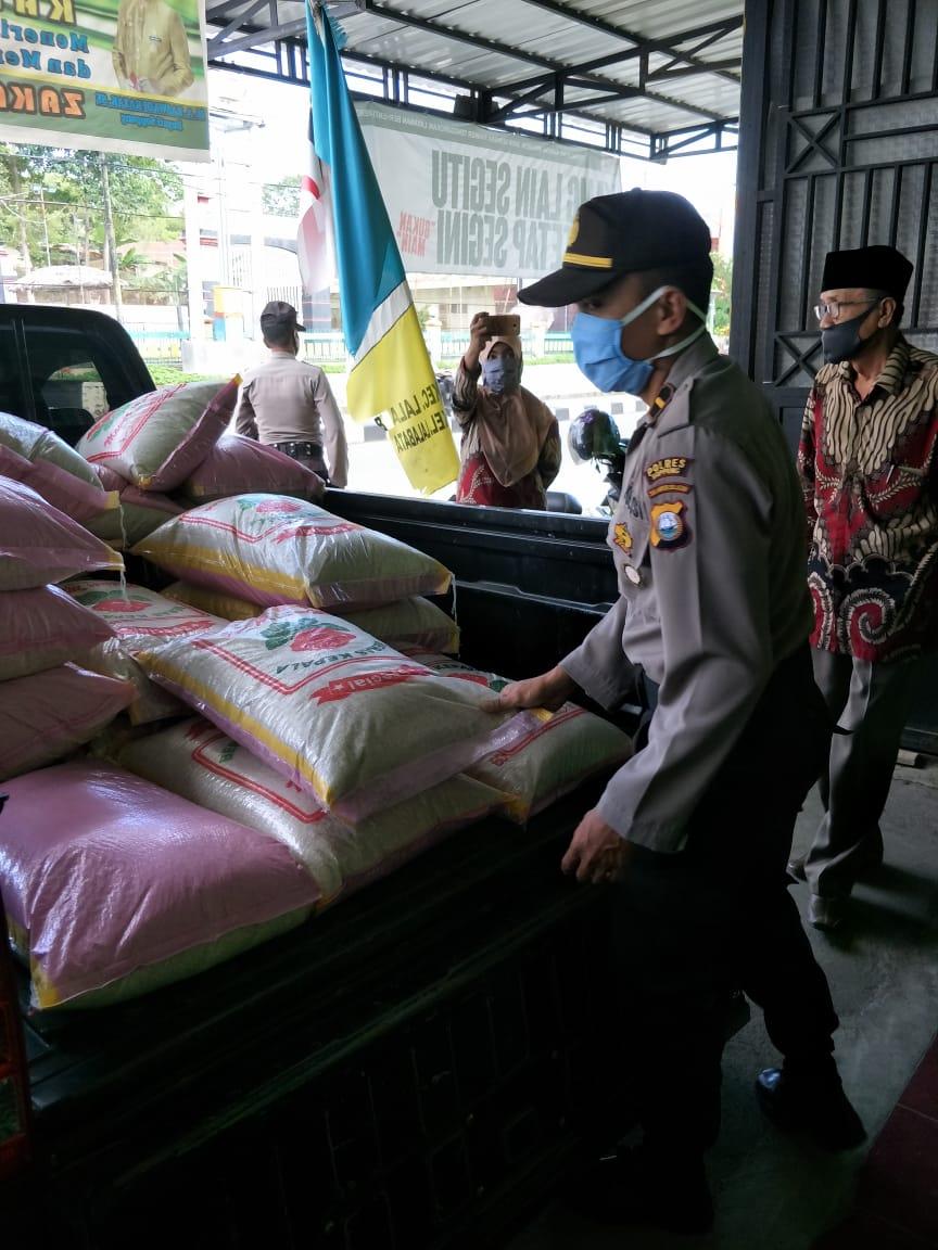 Kapolres Soppeng Serahkan Zakat Fitrah Personil Ke Baznas Soppeng