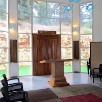 מבט על ארון הקודש, השולחן והחלון מאחוריהם. A view of the Tabernacle, the tabe and the window behind them.