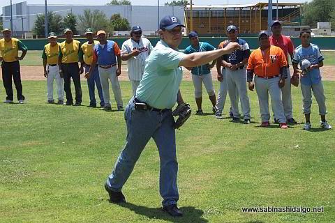 Diego Ugarta lanzando la primera bola