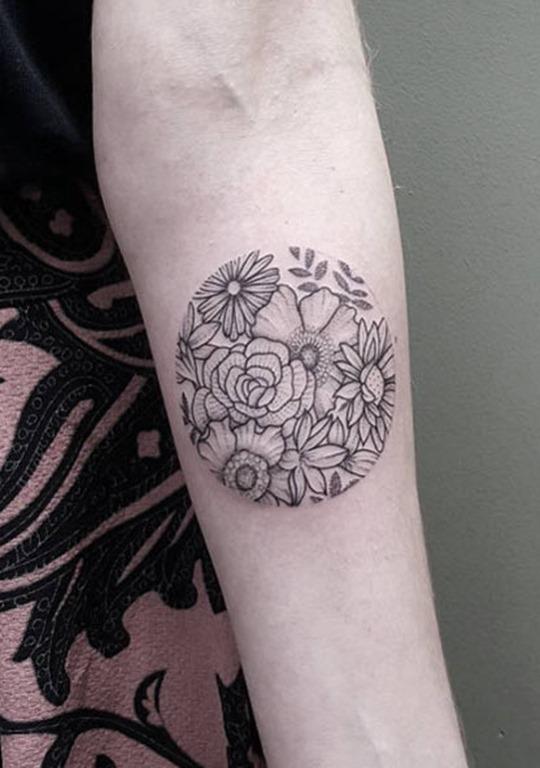 Este blackwork arranjo floral