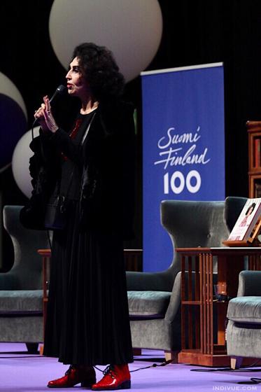Lenita Airisto puhumassa Kirjamessuilla Suomi 100 -juhlavuonna