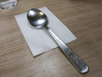紙ナフキンが敷かれたスプーン