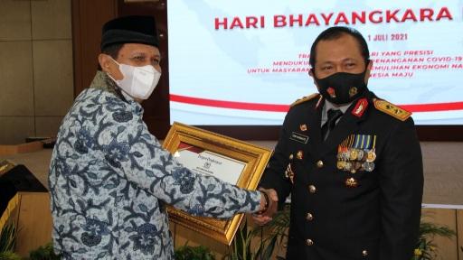 HUT Bhayangkara ke-75, DPD LPM Kota Padang Serahkan Penghargaan Untuk Kapolda Sumbar