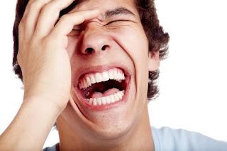 انا اضحك بطريقة مفرطة امام الناس ولا استطيع كتمان الضحكة ماذا افعل؟