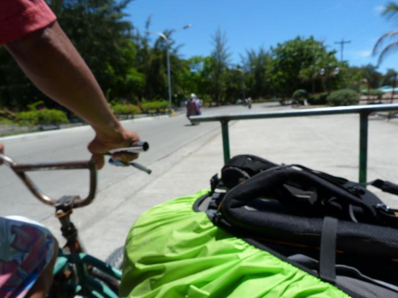 Raté l'arrêt du car de quelques centaines de mètres. Je rejoins le ferry en vélo pousse-pousse.