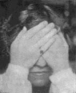 Женщина выполняет пальминг