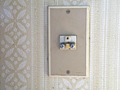 同軸直付けの壁付きアンテナ端子