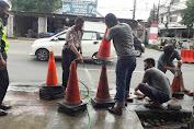 Upaya Kenyamanan Pengendara, KBO Satlantas Polres Gowa Bersihkan Traffic Cone