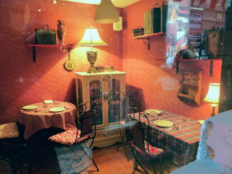 Shanghai,dans l'ex concession Française.Ruelles d un mini quartier branché....restau Suisse,trois tables seulement