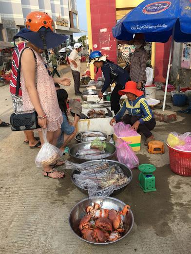 Không ít du khách mua hải sản mang về đất liền.
