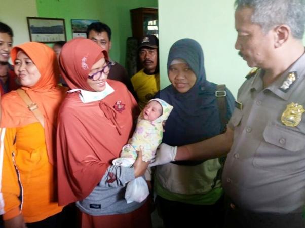 Terlalu, Bayi Baru Lahir Dibuang Dipinggiran Jalan Desa Di Ngawi