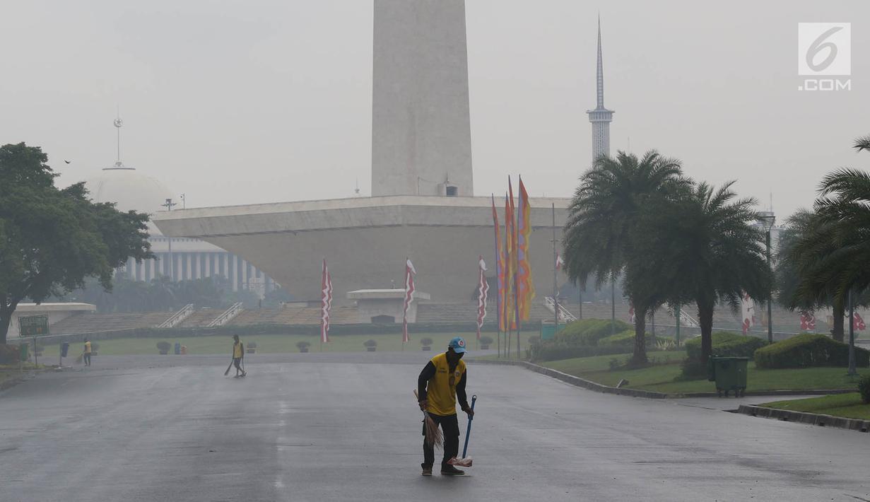 Koruptor Dihukum Membersihkan Taman Monas dan Halaman Istana Selama Setahun
