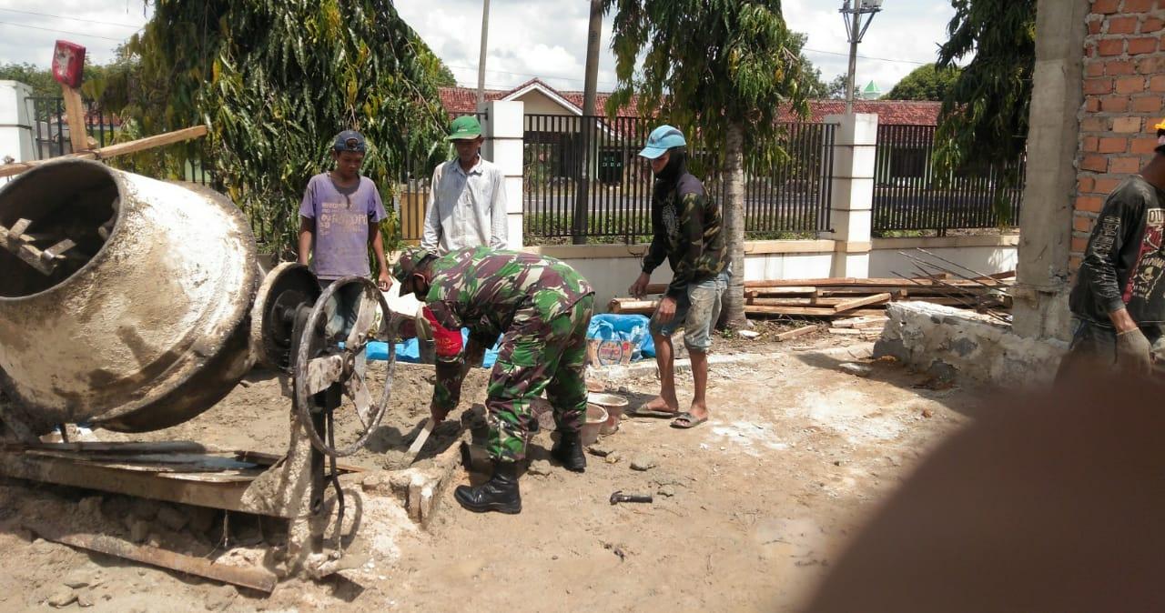 Babinsa Koramil 426-02 Menggala Serra Siswanto Bantu Warga Renovasi Rumah