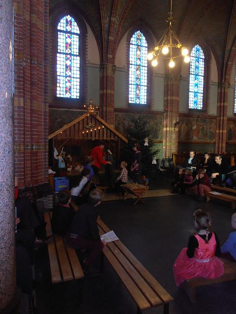 Kindje wiegen St. Agathakerk 2013 - PC251125.JPG