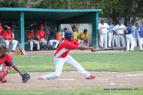 Bernabé Solís bateando por Vallecillo en el beisbol municipal