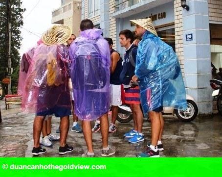 Hình 1: Sapa: Khách nước ngoài đội mưa vì bị đuổi khỏi khách sạn
