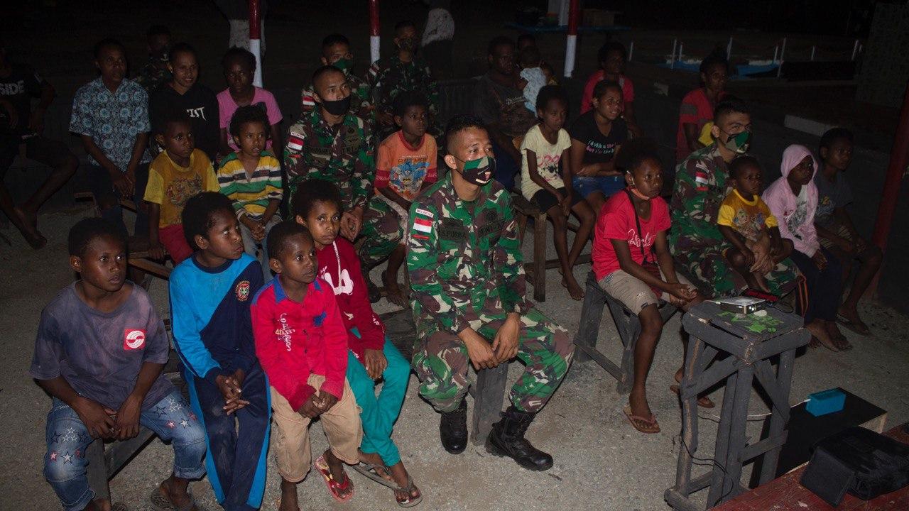 Menikmati Malam Minggu Di Perbatasan, Satgas Yonif 125/Simbisa Ajak Warga Nobar Di Pos