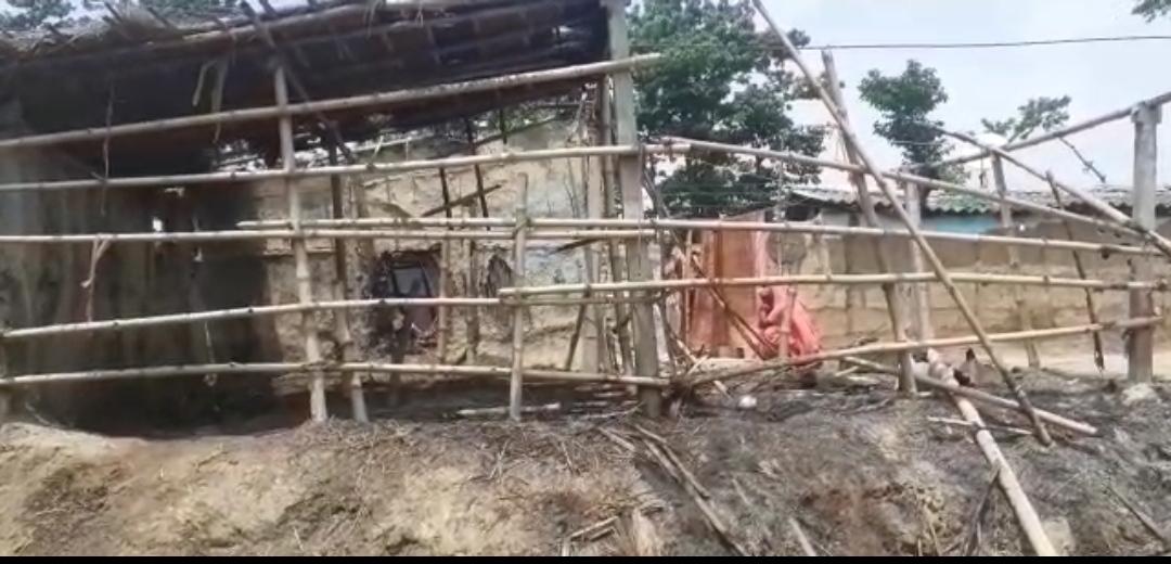 कलयुग के भांजे ने मामा के घर जलाकर किया खाक,ग्रामीणों के पहुंचते किया फायरिंग दहशत फैलाकर हुआ फरार !