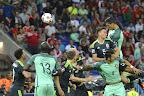 A portugál Cristiano Ronaldo (j, fent) gólt fejel a franciaországi labdarúgó Európa-bajnokság elődöntőének Portugália - Wales mérkőzésén, Lyon, 2016. július 6-án. (MTI Fotó: Illyés Tibor)
