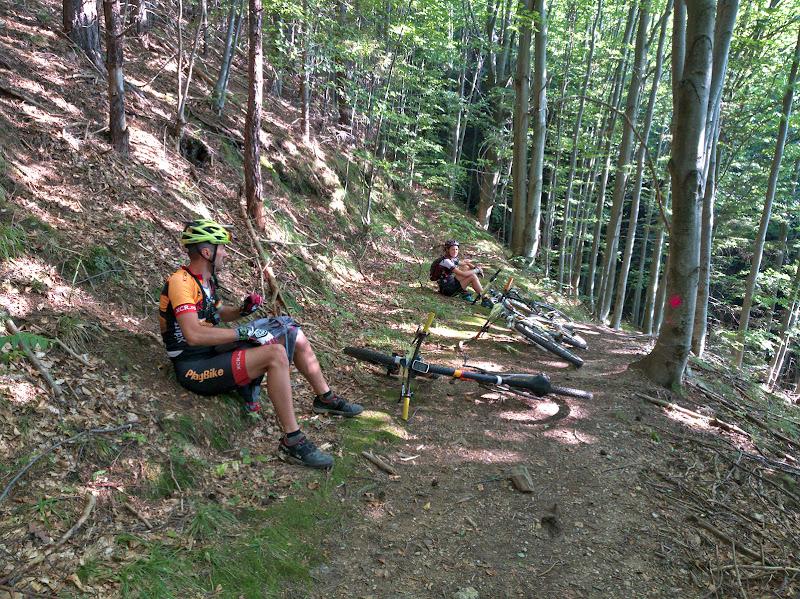 Pauza pe push-bikeul ce urca spre cetatea de la Piatra Alba.