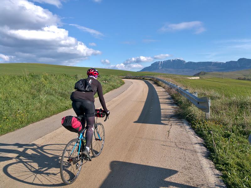 Drum intins, munti inzapeziti, primavara si foarte, foarte mult verde.