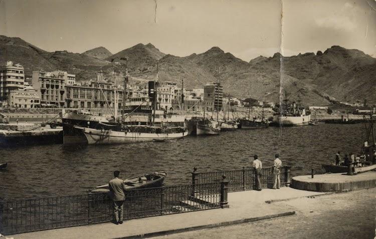 El vapor VASCO en Santa Cruz de Tenerife. Foto Archivo FEDAC.jpg