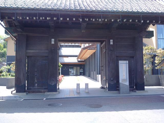 豊岡市立図書館門がスゴイ和風瓦