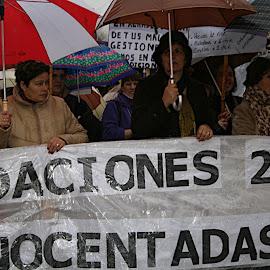 Valdelacalzada: protesta bajo la lluvia