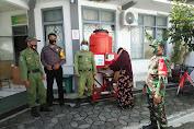 Babinsa Bersama Bhabinkamtibmas Kelurahan Jayengan Gelar Pendisiplinan Penerapan PPKM
