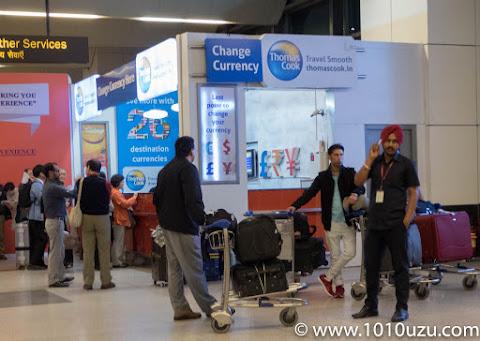 インディラ・ガンディー国際空港ターミナル3到着ロビーの両替所