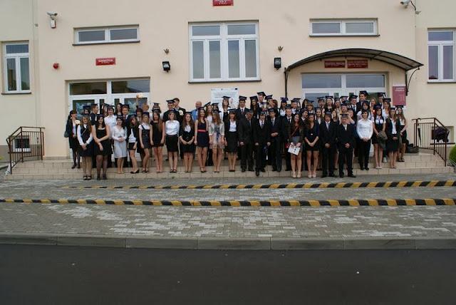 Zakończenie Gimnazjum przed budynkiem bis - DSC08127_1.JPG