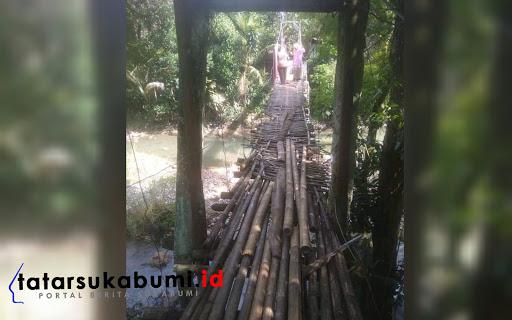 Jembatan Gantung di Desa Bantargadung Sukabumi perlu perbaikan // Foto : Rudi Imelda (9/2/2019)
