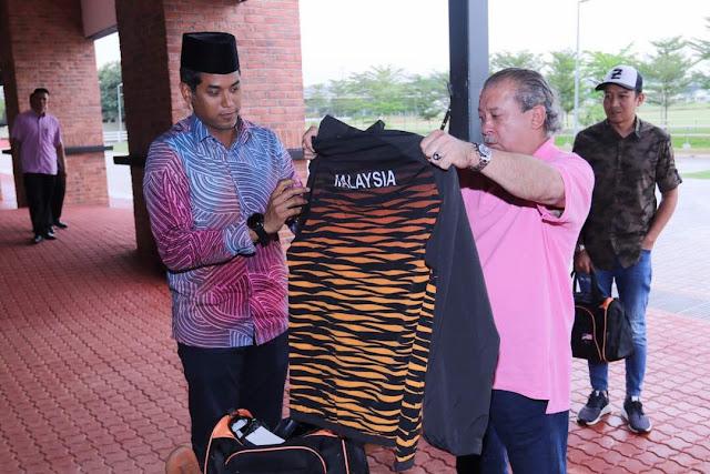 KJ Hadiahkan Cenderahati baju rasmi #TeamMAS kepada Sultan Johor