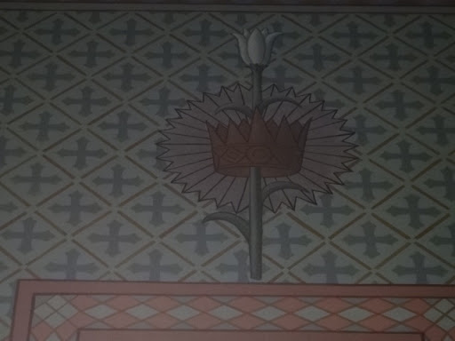 Na figura se tem um lírio emergindo de uma coroa. O lírio significa a pureza e castidade de São José. A coroa representa a descendência que o Santo tinha para com a realeza de Davi.