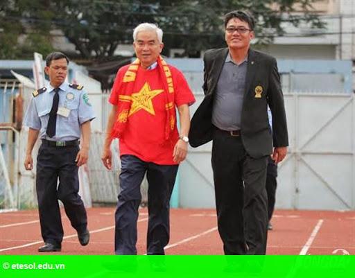 Hình 1: Chủ tịch VFF Lê Hùng Dũng tặng quà CĐV Việt Nam