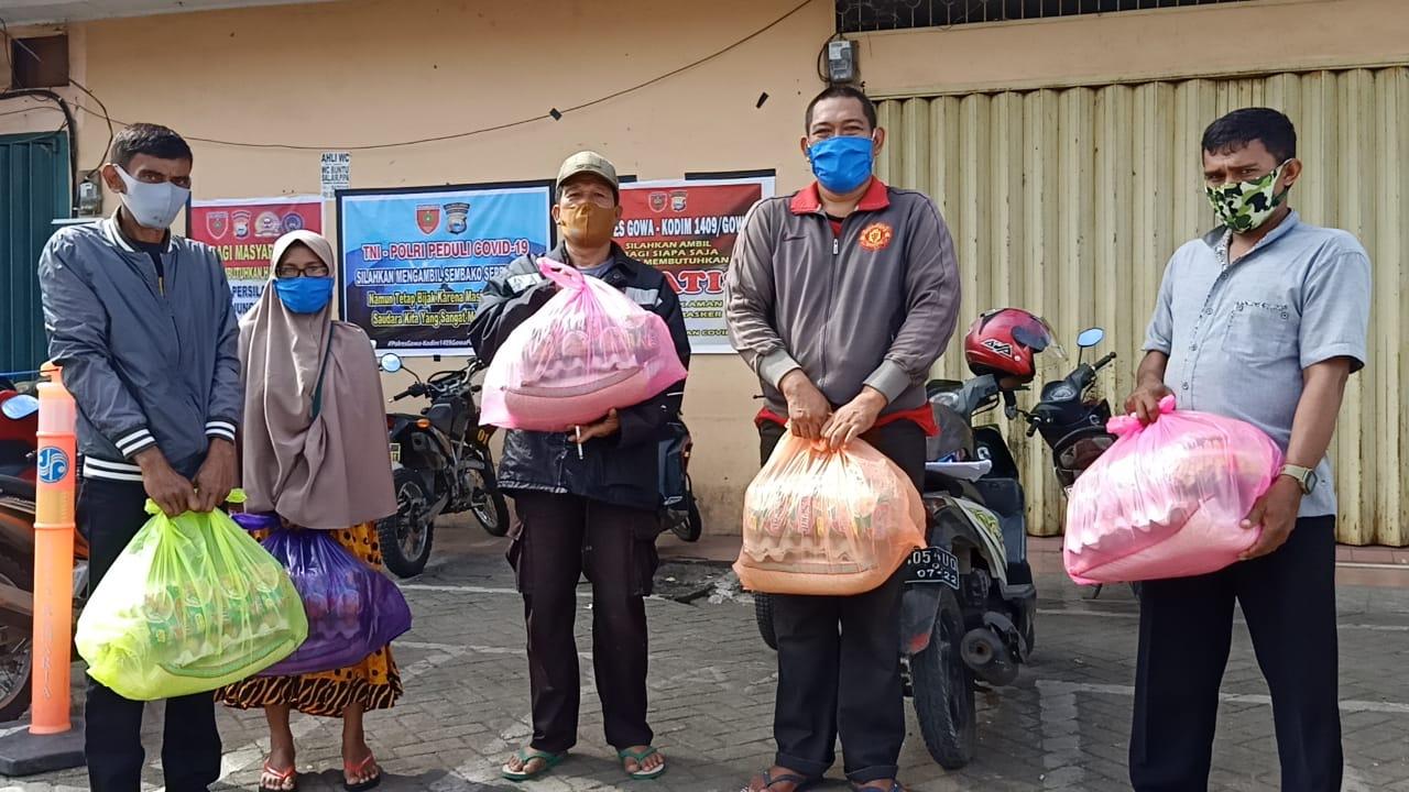 Hari Lebaran Polres Gowa Masih Berbagi Sembako Kepada Warga Prasejahtera